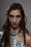 Façonnez le modèle d'amazone de beauté avec les tresses et le pendant de brune Photos libres de droits