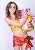 Façonnez le modèle de sourire de femme avec le renivellement lumineux de beauté Photographie stock libre de droits
