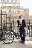 Façonnez le modèle masculin en verres de soleil ronds tenant la bicyclette proche Photos libres de droits