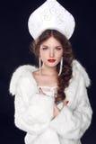 Façonnez le modèle russe de fille dans des vêtements exclusifs slaves de conception dessus Image libre de droits