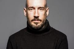Façonnez le portrait d'un homme de 40 ans se tenant au-dessus d'un gris-clair Image stock