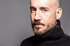 Façonnez le portrait d'un homme de 40 ans se tenant au-dessus d'un gris-clair Photographie stock libre de droits