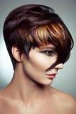 Façonnez le portrait d'une belle fille avec les cheveux teints colorés, coloration de cheveux courts professionnelle photographie stock libre de droits