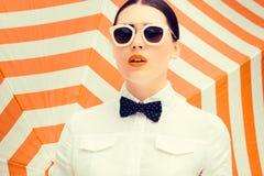 Façonnez le portrait d'une belle fille avec les lèvres peintes lumineuses photos libres de droits