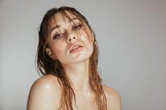 Façonnez le portrait d'une femme attirante de torse nu avec le maquillage image stock