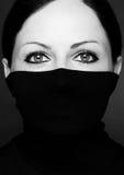Façonnez le portrait d'une femme avec le cou noir de polo Images stock