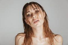 Façonnez le portrait d'une femme sensuelle de torse nu avec le maquillage photo libre de droits