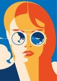Façonnez le portrait d'une fille modèle avec des lunettes de soleil Heure de voyager et affiche de vacances d'été illustration de vecteur