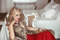 Façonnez le portrait de beauté de la belle femme blonde sensuelle avec le mA photos stock
