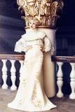 Façonnez le portrait de la belle femme dans la longue robe blanche dans un ol Photographie stock