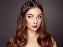 Façonnez le portrait de la femme élégante avec les cheveux magnifiques Images stock