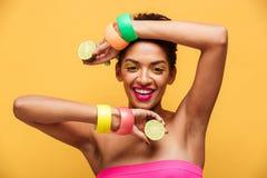 Façonnez le portrait de la femme afro-américaine portant l'accessori à la mode photo stock