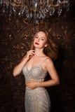 Façonnez le portrait de la femme attirante dans la robe élégante posant à l'intérieur de la manière sensuelle Photo libre de droits