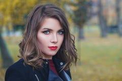 Façonnez le portrait de la femme avec les cheveux onduleux sains photographie stock