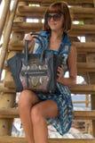 Façonnez le portrait de la femme caucasienne assez jeune avec le sac à main fait main de python de peau de serpent Jour ensoleill photo stock
