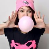 Façonnez le portrait de la femme gaie gonflant le bubble-gum dans h photos libres de droits