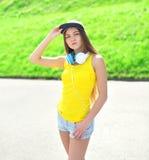 Façonnez le portrait de la fille assez fraîche utilisant un chapeau Photographie stock
