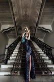 Façonnez le portrait de la fille magnifique avec les cheveux teints par bleu longtemps La belle robe de cocktail de soirée images stock