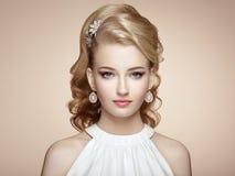 Façonnez le portrait de la jeune belle femme avec des bijoux Photographie stock