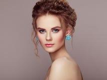 Façonnez le portrait de la jeune belle femme avec la coiffure élégante photo stock