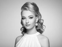 Façonnez le portrait de la jeune belle femme avec la coiffure élégante Image libre de droits