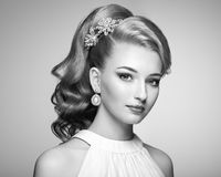 Façonnez le portrait de la jeune belle femme avec la coiffure élégante Image stock