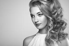 Façonnez le portrait de la jeune belle femme avec la coiffure élégante Photo libre de droits