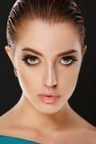 Façonnez le portrait de la jeune brune magnifique avec de grandes pleines lèvres Images libres de droits