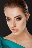Façonnez le portrait de la jeune brune magnifique avec de grandes pleines lèvres Photographie stock libre de droits