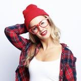 Façonnez le portrait de la jeune femme occasionnelle à la mode portant les lunettes rouges photographie stock
