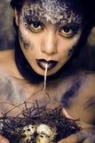 Façonnez le portrait de la jolie jeune femme avec créatif composent comme un serpent Photo libre de droits