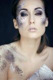 Façonnez le portrait de la jolie jeune femme avec créatif composent comme un serpent photographie stock libre de droits