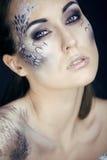 Façonnez le portrait de la jolie jeune femme avec créatif composent comme un serpent Images libres de droits