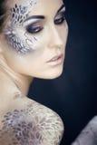 Façonnez le portrait de la jolie jeune femme avec créatif composent comme un serpent Images stock
