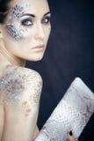 Façonnez le portrait de la jolie jeune femme avec créatif composent comme un serpent Photos libres de droits