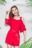 Façonnez le portrait de mode de vie de jeunes rire et hav asiatiques de femme Image libre de droits