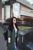 Façonnez le portrait de plan rapproché de la gentille femme assez jeune de hippie posant dans des lunettes de soleil extérieures  Photographie stock