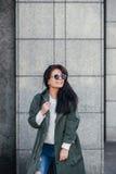 Façonnez le portrait de plan rapproché de la gentille femme assez jeune de hippie posant dans des lunettes de soleil extérieures  Photographie stock libre de droits
