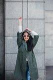 Façonnez le portrait de plan rapproché de la gentille femme assez jeune de hippie posant dans des lunettes de soleil extérieures  Photos libres de droits