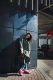 Façonnez le portrait de plan rapproché de la gentille femme assez jeune de hippie posant dans des lunettes de soleil extérieures  Image stock