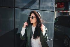 Façonnez le portrait de plan rapproché de la gentille femme assez jeune de hippie posant dans des lunettes de soleil extérieures  Images libres de droits