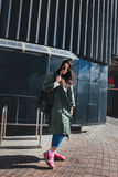 Façonnez le portrait de plan rapproché de la gentille femme assez jeune de hippie posant dans des lunettes de soleil extérieures  Image libre de droits