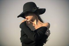 Façonnez le portrait de style de la jeune belle femme élégante Images stock