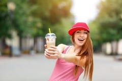 Façonnez le portrait de ville de la femme élégante de hippie avec le lait de poule, la robe rayée rouge, le chapeau rouge et les  Photos libres de droits