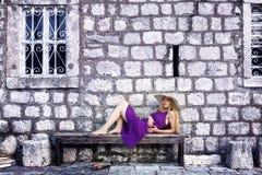 Façonnez le projectile de la femme élégante près du mur en pierre photos stock