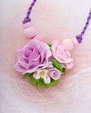 Façonnez le tir de studio d'un collier rose floral (bijoux faits de Photographie stock libre de droits