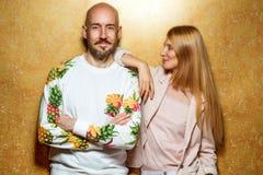 Façonnez le type avec une fille dans le studio posant sur un backgroun d'or Photo libre de droits