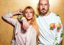 Façonnez le type avec une fille dans le studio posant sur un backgroun d'or Image libre de droits