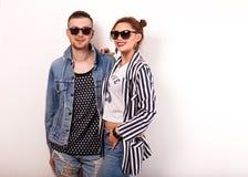 Façonnez le type avec une fille dans le studio posant sur un backgroun d'or Image stock
