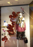 Façonnez le viseur de boutique avec le mannequin, la fenêtre de vente de magasin, avant de fenêtre de boutique Photo stock
